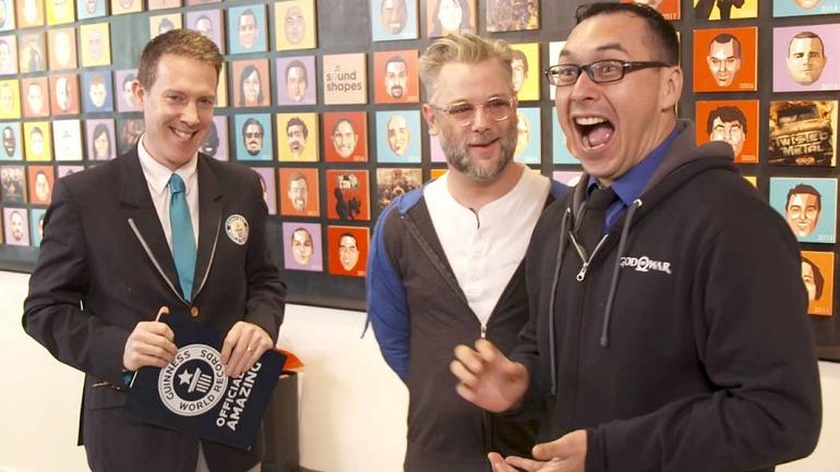 Emmanuel Mojica Rosas recibiendo el galardón de Guinness World Records, junto a Cory Barlog, director del último juego de God of war.