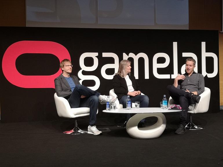 Amy Hennig junto a  Mark Cerny (Sony) y el periodista Geoff Keighley en una charla durante la Gamelab 2018.