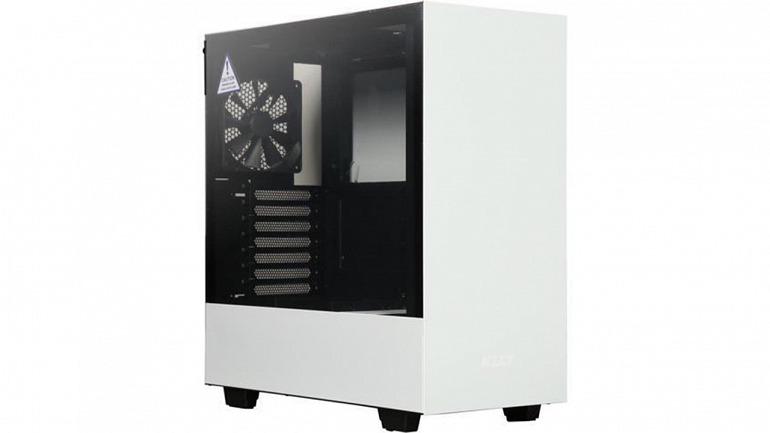 La NZXT h500 es un ejemplo de caja diseñada con la presión negativa en mente, dejando pocas salidas al aire y con un número de tomas muy limitado.