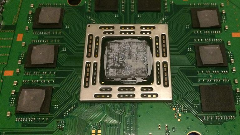 Procesador de una PS4 con la pasta térmica de serie, algo deteriorada. Ha sido necesario desmontar completamente la consola para poder sustituirla.