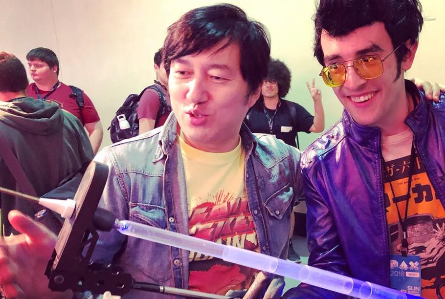 Suda 51 es uno de los creadores más carismáticos. Aquí le vemos con un cosplayer de Travis en la Penny Arcade Expo.