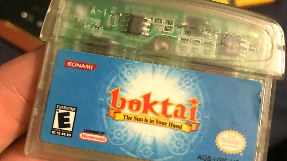 El cartucho de Boktai tenía una forma diferente para acomodar el sensor de luz solar. (Imagen: Reddit)